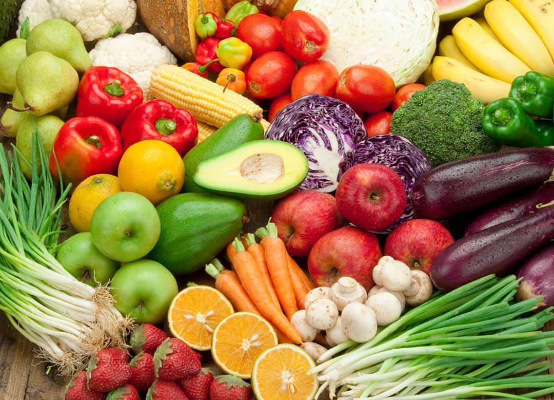 Rau xanh, trái cây tươi có chứa nhiều dưỡng chất tốt cho mắt